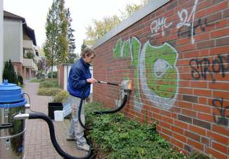 graffitientfernung-auf-klinker-mit-dem-reinigungsgeraet-tornado-acs-9b